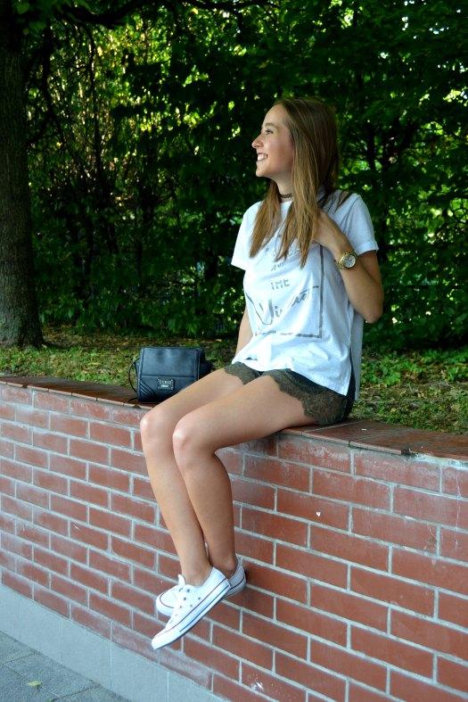 blogger-de-moda-sentada-no-muro.jpg
