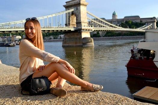 rapariga_a_sorrir_ponte.JPG